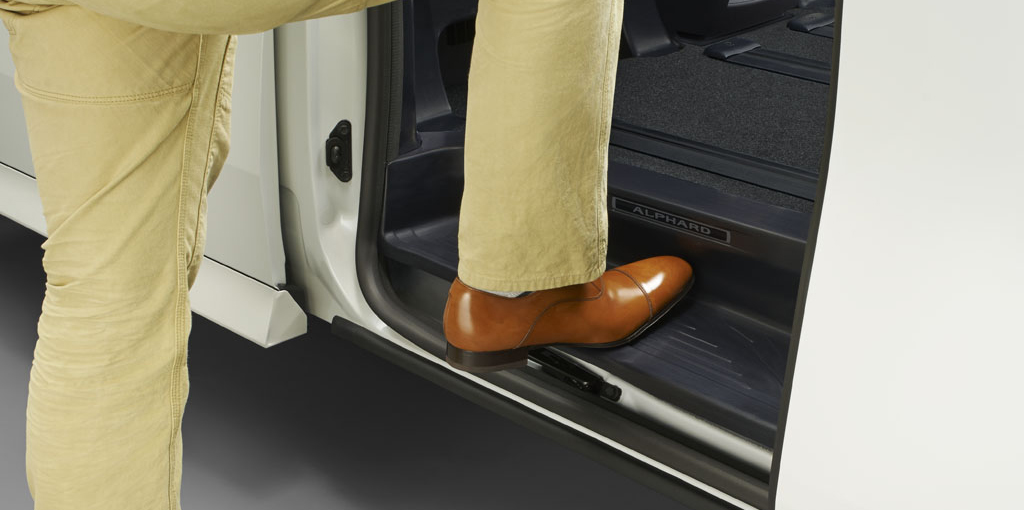 LowerRearSeatAccessStep_tcm40-65881